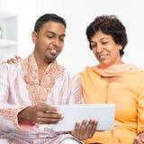 Indisk familj som använder det sociala nätverket Arkivbilder
