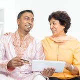 Indisk familj som använder online-internetbetalning Arkivbilder