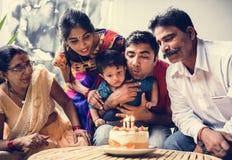 Indisk familj som firar ett födelsedagparti royaltyfria foton