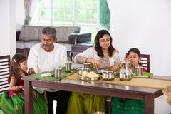 Indisk familj som har ett mål royaltyfria bilder