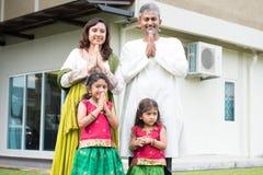 Indisk familjhälsning Royaltyfri Foto