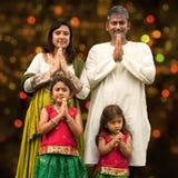 Indisk familjhälsning på diwali Arkivfoto