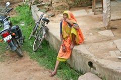 Indisk farmor med tatueringar på hans händer Arkivfoto