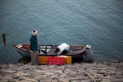 Indisk fiskare på arbete Arkivbilder