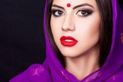 Indisk flicka i bilden av en härlig makeup Arkivfoto