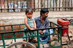 Indisk flicka med henne faderrickshaw Arkivbilder