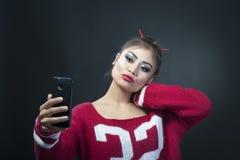 Indisk flicka med telefonen Arkivfoton
