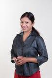 Indisk flicka som smsar över mobil Royaltyfri Foto