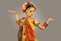 Indisk flicka som utför dans Royaltyfria Bilder