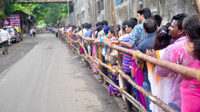 Indisk folkmassa i en köa Arkivfoto