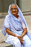 indisk gammal kvinna Fotografera Oktober 25, 2015 i Ahmedabad, Indien Arkivfoton