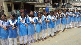 Indisk gata för flickarajasthan stad på grön bakgrund Royaltyfri Fotografi