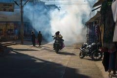Indisk gata i morgonen med motorcykeln, Mamalapuram Arkivbild
