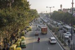 Indisk gatastadstrafik och parkerad flyg- sikt för rickshaws royaltyfri fotografi