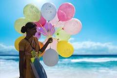 Indisk gatuförsäljare som säljer färgrika ballonger på en strand Royaltyfri Fotografi