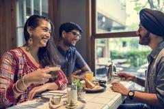 Indisk gemenskap som äter restaurangen som äter middag begrepp arkivbilder