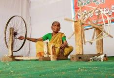 Indisk hög kvinnasnurrtråd för handloom royaltyfria bilder