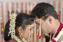 Indisk hinduisk brud och brudgum som ser de i maharashtrabröllop. fotografering för bildbyråer