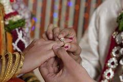 Indisk hinduisk brud och brudgum som utbyter vigselringen i maharashtrabröllop. royaltyfri foto