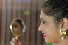 Indisk hinduisk brud som får klar royaltyfri bild