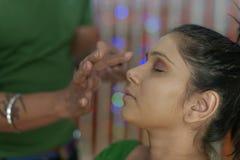 Indisk hinduisk brud som får klar arkivfoton