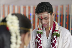 Indisk hinduisk brudgum som ser bruden i maharashtrabröllop royaltyfri bild