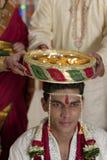Indisk hinduisk symbolisk ritual i bröllop. fotografering för bildbyråer