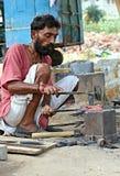 Indisk hovslagare som arbetar på gatorna Föreställt i Ahmedabad Indien, 25 Oktober 2015 Royaltyfri Foto