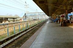 Indisk järnvägsstationplattform Arkivbild