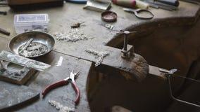 Indisk juvelerare som gör orientaliska smycken i seminarium handgjort Arkivfoton