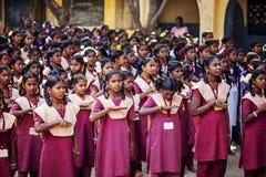 Indisk kommunal skola, barn i skolalikformig som hälsar ny dag royaltyfri foto