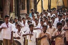 Indisk kommunal skola, barn i skolalikformig som hälsar ny dag arkivfoto