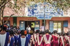 Indisk kommunal skola, barn i skolalikformig som hälsar ny dag royaltyfria foton
