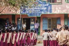 Indisk kommunal skola, barn i skolalikformig som hälsar ny dag royaltyfria bilder
