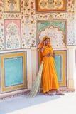 Indisk kvinna av det fjärde kastet som bär en traditionell sari Arkivbilder
