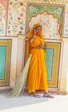 Indisk kvinna av det fjärde kastet som bär en traditionell sari Arkivbild