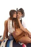 Indisk kvinna för cowboyman hennes för framdel kyss nästan Royaltyfria Bilder