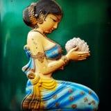 Indisk kvinna i hållande lotusblomma för sari - dekorativ detalj Arkivbilder