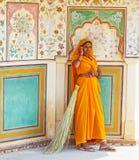 Indisk kvinna inom Amber Palace nära Jaipur, Indien Fotografering för Bildbyråer