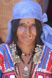 Indisk kvinna, marknad för Folk konst, Arkivfoton