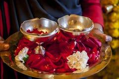 Indisk kvinna med blommor Arkivfoton