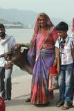 Indisk kvinna med en ko Arkivbilder