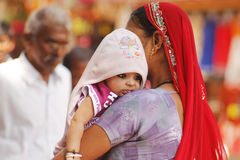 Indisk kvinna med hennes barn Arkivfoto