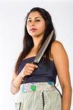 Indisk kvinna med kniven royaltyfri bild