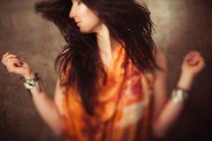 Indisk kvinna med långt hår i rörelse royaltyfria bilder