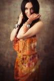 Indisk kvinna med mehndi i traditionella kläder arkivbild