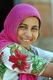 Indisk kvinna på en gata i Ahmedabad Fotografera November 1, 2015 i Ahmedabad Indien Arkivbild