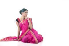 Indisk kvinna som bär den traditionella sareen arkivfoto