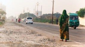 Indisk kvinna som går på vägen Royaltyfri Fotografi