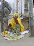 Indisk kvinna som säljer frukt royaltyfri fotografi
